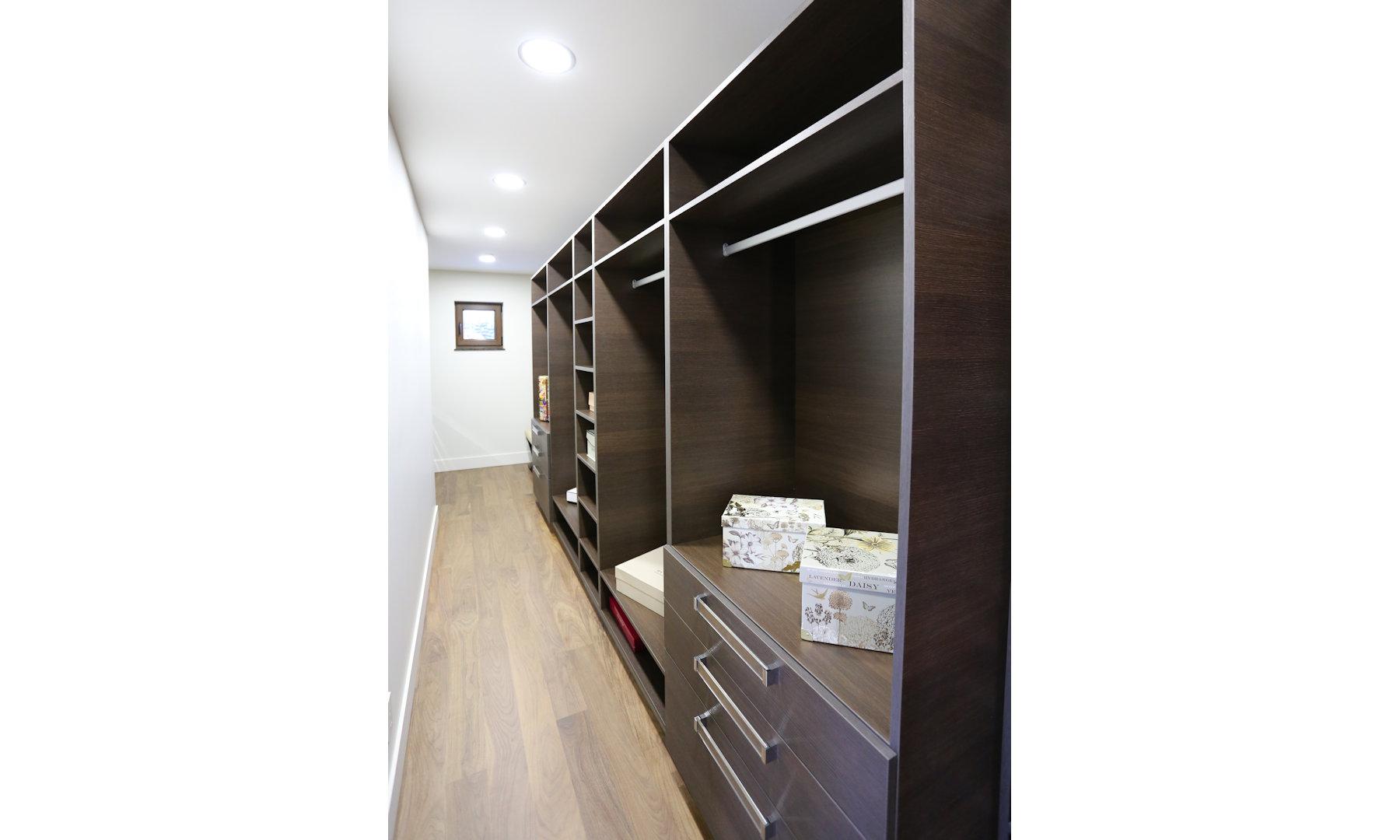 Arrital Walk-In Closet